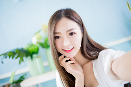 beauty asian woman take a selfie at home 스톡 콘텐츠