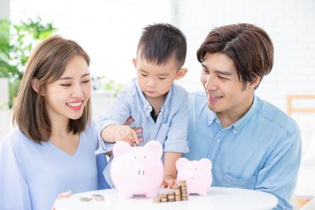 Famiglia che risparmia denaro e mette monete nel salvadanaio