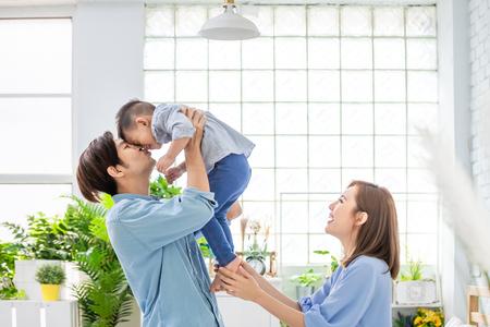 famille heureuse avec enfant garçon jouer et embrasser à la maison Banque d'images