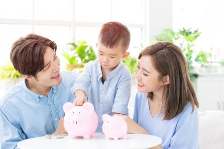 Familia ahorrando dinero y poniendo monedas en la hucha