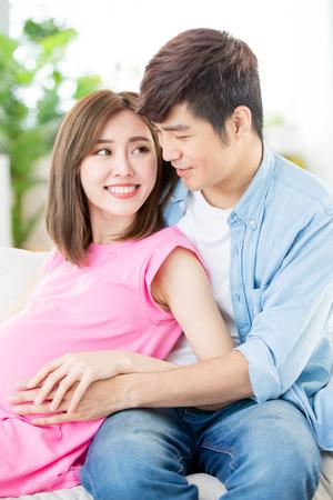 Młoda kobieta w ciąży z mężem spodziewa się dziecka