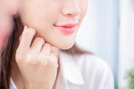 Nahaufnahme der Schönheit der jungen Frau Lippe und lächelnd