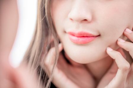 Close up bellezza giovane donna labbro e sorridente