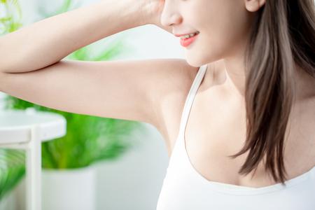 Lächeln der jungen Schönheit der jungen Frau mit sauberem Unterarm