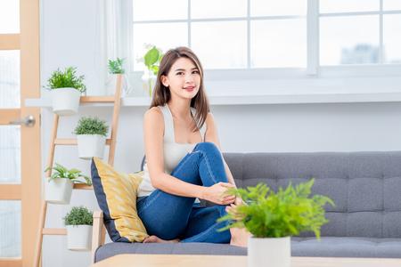 Belleza mujer asiática sonríe en casa Foto de archivo