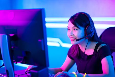 Young Asian Pretty Pro Gamer con transmisión en vivo y jugando en videojuegos en línea Foto de archivo
