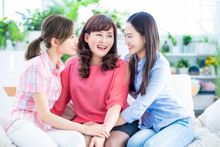 twee dochters en moeder hebben een goed gesprek of communiceren gelukkig thuis