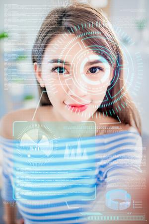 顔認識の概念 - アジアの女の子はスマートフォンで生体認証アクセスを使用します