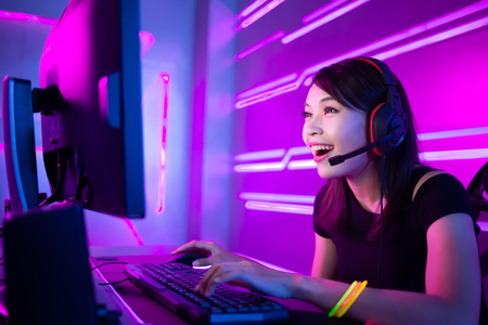Young Asian Pretty Pro Gamer ayant une diffusion en direct et jouant dans un jeu vidéo en ligne