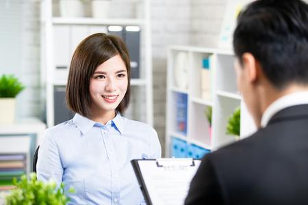 une femme asiatique confiante parle à l'intervieweur pour un entretien d'embauche