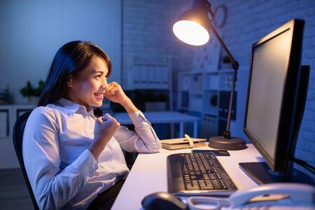 une femme asiatique fait des heures supplémentaires mais se sent puissante au bureau