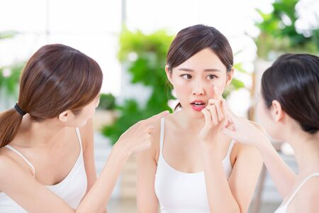 une amie asiatique parle du problème de peau Banque d'images