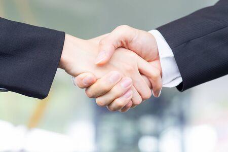 Primo piano di uomini d'affari si stringono la mano dopo una riunione