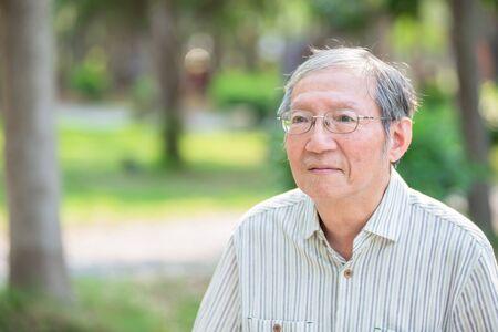 Alter Mann denkt im Park