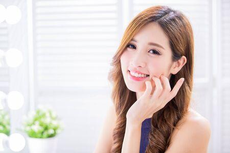 Belleza mujer asiática con piel sana y te sonríe felizmente Foto de archivo