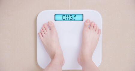 Perdre du poids concept avec femme sur une balance montre OMG
