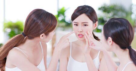 Aziatische vrouwenvrienden praten over het huidprobleem