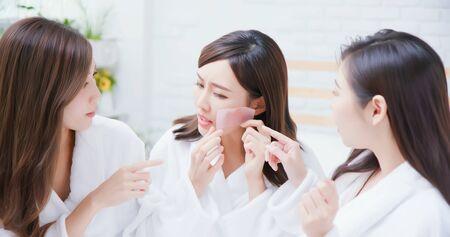 Aziatische vrouwen leggen het olie-absorberende papier op haar gezicht en voelen zich slecht
