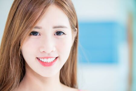 Beauty skin care woman smile to you at home 版權商用圖片
