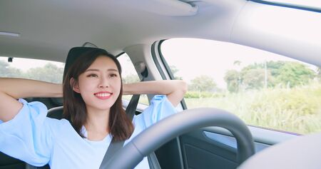 relaxed woman experience to riding an autonomous self driving car 版權商用圖片 - 129774310