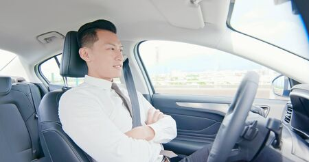 confident business asian man experience to drive an auto self-driving smart car in highway Foto de archivo - 129774308