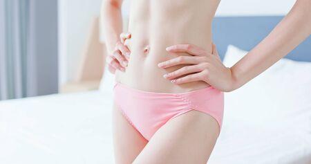 Gros plan du corps de la femme mince asiatique de beauté à la maison Banque d'images