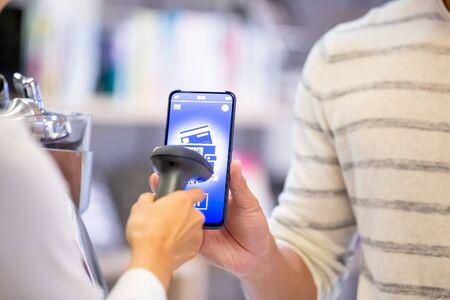 Mobile Payment Konzept - QR-Code scannen, um die Zahlung zu erhalten Standard-Bild