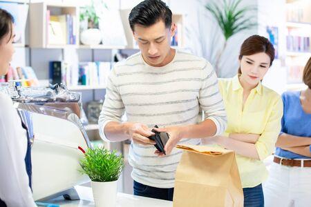Mobile Payment Konzept - Mann hat kein Geld im Portemonnaie und kann keine Rechnungen bezahlen Standard-Bild