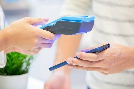concept de paiement mobile - gros plan des factures de paiement par téléphone au système de carte de crédit