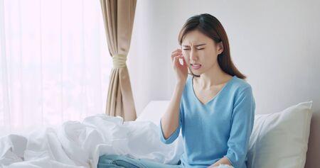la donna asiatica di bellezza ha la pelle secca e si gratta la faccia
