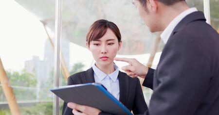 Les hommes d'affaires ont un argument dans une discussion Banque d'images