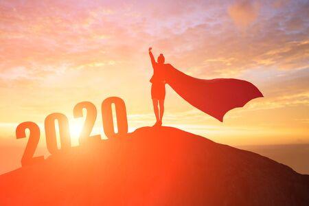 silueta de mujer de negocios se siente emocionada con la puesta de sol en 2020 Foto de archivo