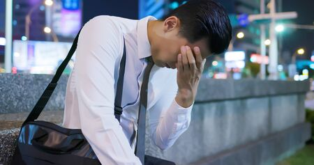 asian businessman get off work and fired from job sitting on the step Foto de archivo