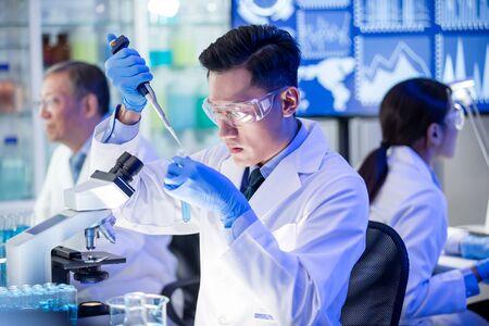 aziatisch wetenschapperteam voert experiment uit in het laboratorium Stockfoto