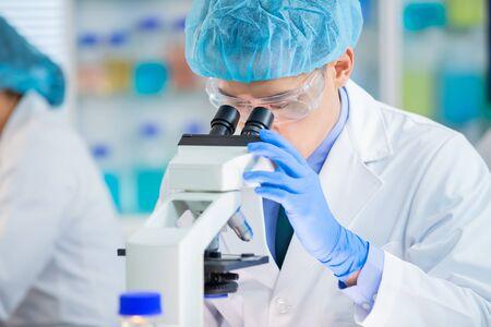 El equipo científico asiático está investigando sobre alimentos en el laboratorio.