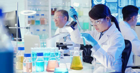 asian scientist team conduct experiment in the laboratory Banque d'images