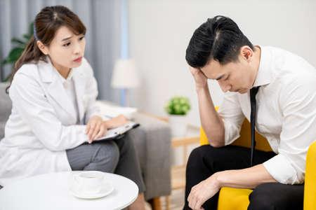 Asian female psychologist has consultation with male patient Foto de archivo