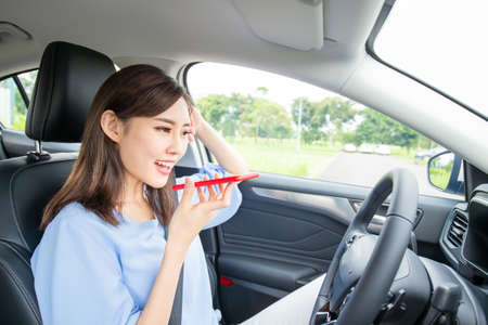 Asian young woman use smart phone in the car Stockfoto