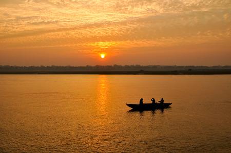 pandilla: la salida del sol río Gang, en Varanasi, India