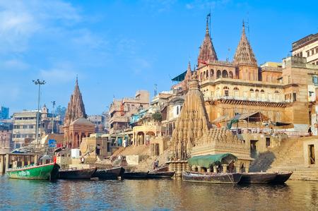 pandilleros: la salida del sol río Gang, en Varanasi, India