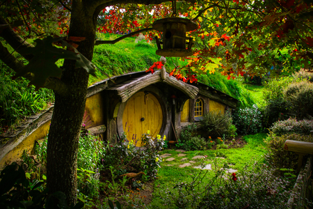The Hobbiton Movie Set was a significant location used for The Lord of the Rings film trilogy and The Hobbit film series. And now is a Tolkien tourism destination, offering a guided tour of the set 免版税图像 - 118082440