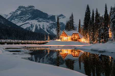 The lodge is twenty minutes west of Lake Louise. Originally built in 1902 by the Canadian Pacific Railway, this historic property includes 85 comfortable units situated in 24 chalet-style cabins. Banque d'images