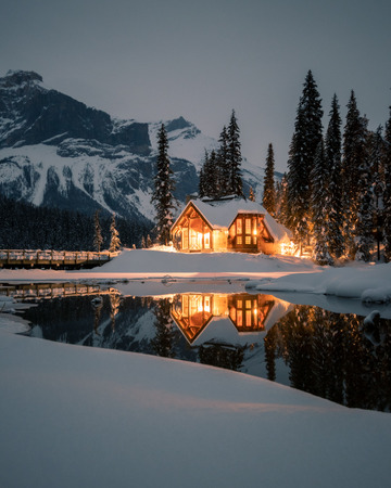 The lodge is twenty minutes west of Lake Louise. Originally built in 1902 by the Canadian Pacific Railway, this historic property includes 85 comfortable units situated in 24 chalet-style cabins. 版權商用圖片