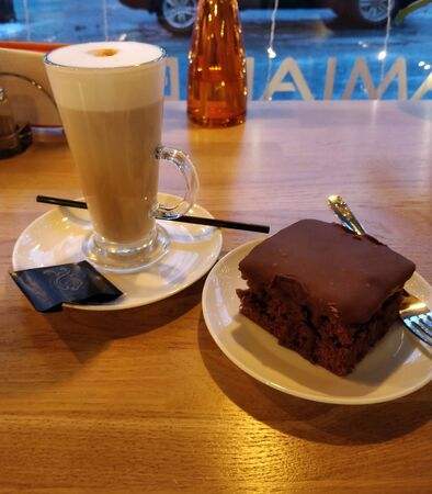 chocolate cake with cup of Caffé Latte 스톡 콘텐츠