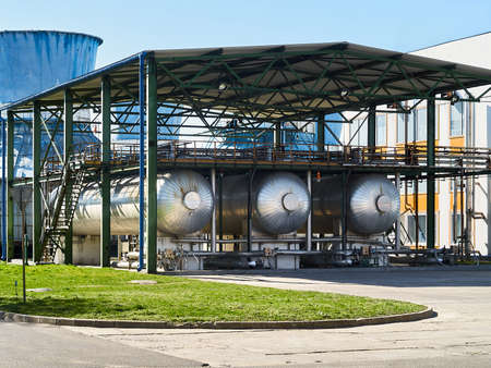 Production of liquefied carbon dioxide of carbonic acid part of chemical plant three cryogenic tanks with CO2 under canopy, that protects from solar heat with refueling and export filling device 報道画像