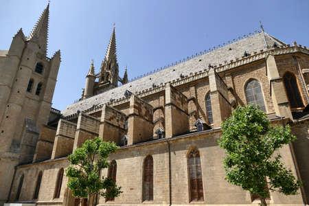 Side view of Notre-Dame-et-Saint-Privat cathedral in Mende Standard-Bild