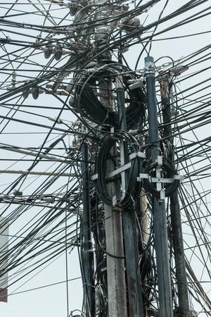 Superficie de fondo abstracto de un montón de cables negros conectados a los pilares en la isla de Bali, Indonesia Foto de archivo