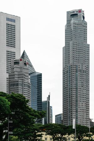 Singapore - 14 OCT 2018. Business district with modern skyscrapers during cloudy and rainy day Foto de archivo - 129743931