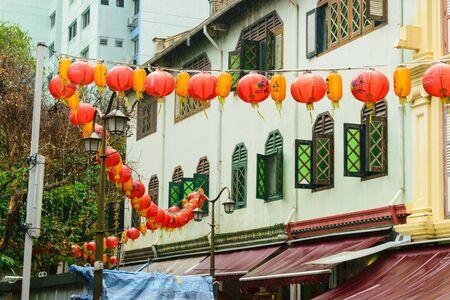 Singapore - 14 OCT 2018. Chinatown market street during tropical rain Foto de archivo - 129743935