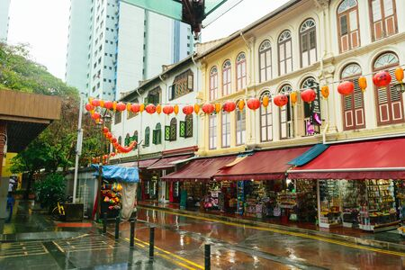 Singapore - 14 OCT 2018. Chinatown empty market street during cloudy day and tropical rain Foto de archivo - 129743936